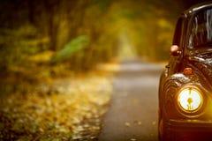 Herbstweinleseauto lizenzfreie stockfotos