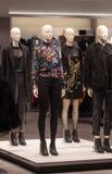Herbstwinter-Modekleidungsshop lizenzfreies stockfoto