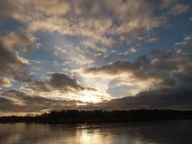 Herbstwolken am Sonnenaufgang vor Sturm Lizenzfreie Stockfotos