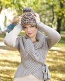 Herbstwollestrickjacke und -hut der Frau tragende stockbild
