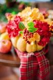 Herbstzusammensetzung eines Kürbises mit Blumen Lizenzfreie Stockbilder