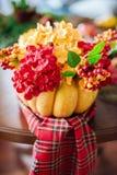 Herbstzusammensetzung eines Kürbises mit Blumen Lizenzfreies Stockbild