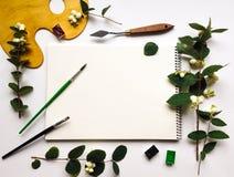 Herbstzusammensetzung mit Album, Aquarellen und Bürsten, verzieren Lizenzfreies Stockbild
