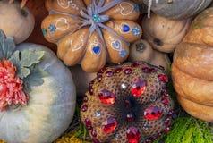 Herbstzusammensetzung mit Kürbisen bei der Geschenkverpackung lizenzfreies stockbild