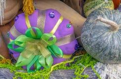Herbstzusammensetzung mit Kürbisen bei der Geschenkverpackung lizenzfreie stockbilder