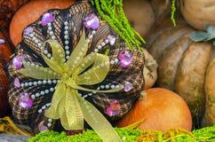 Herbstzusammensetzung mit Kürbisen bei der Geschenkverpackung stockfotografie