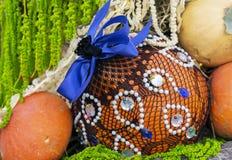 Herbstzusammensetzung mit Kürbisen bei der Geschenkverpackung stockfotos