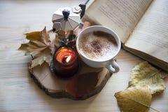 Herbstzusammensetzung mit Kaffee, Cappuccino mit dem Zimt, gerochen lizenzfreie stockfotografie