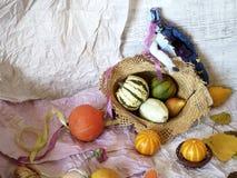 Herbstzusammensetzung von Kürbisen, Birnen, Dekor, verlässt auf einem hellen Hintergrund des strukturierten Papiers lizenzfreie stockfotografie