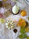 Herbstzusammensetzung von Kürbisen, Blätter stockfotos