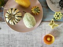 Herbstzusammensetzung von Kürbisen der unterschiedlichen Vielzahl, kleine Kuchen, Birnen, Plätzchen formt lizenzfreies stockfoto