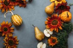 Herbstzusammensetzungsobst und gemüse und Blumen stockbild