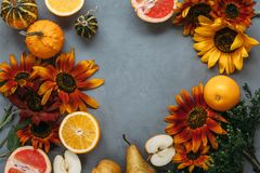 Herbstzusammensetzungsobst und gemüse und Blumen lizenzfreie stockfotos