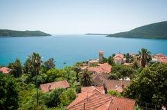 Herceg Novi är en kuststad i Montenegro lokaliserade på entraen Arkivbilder