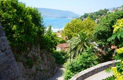 Herceg Novi - a cidade costeira em Montenegro localizou na entrada Fotos de Stock