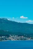 Herceg Novi, la vue du rivage au contraire, contre images stock
