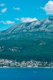 Herceg Novi, la vue du rivage au contraire, contre le Th photos libres de droits
