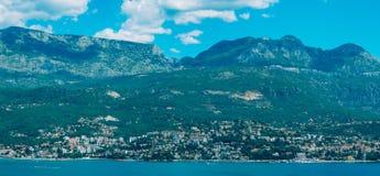 Herceg Novi, la vue du rivage au contraire, contre le Th photographie stock