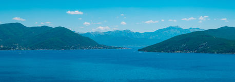 Herceg Novi, la vue du rivage au contraire, contre le Th images libres de droits