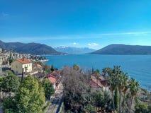 Herceg-Novi, Mont?n?gro : centre de la ville pr?s de l'eau dans le secteur avec un port de yacht et une piscine photographie stock