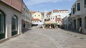Herceg Novi, Montenegro - 31 de junho de 2017 Quadrado da fortaleza velha de Herceg Novi da cidade Café da rua Passeio por ruas d video estoque