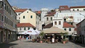 Herceg Novi, Montenegro - 31 de junho de 2017 Quadrado da fortaleza velha de Herceg Novi da cidade O zumbido do movimento lento p vídeos de arquivo