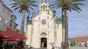 Herceg Novi, Montenegro - 31 de junho de 2017 St Michael Archangel Herceg Novi da igreja Palmeiras altas Fortaleza velha da cidad filme