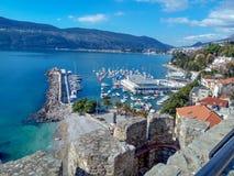 Herceg-Novi, Montenegro: Stadtzentrum nahe dem Wasser im Bereich mit einem Yachthafen und einem Swimmingpool stockbild