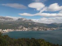 Herceg Novi och det Orijen berget Arkivfoto