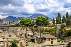 herculaneum Взгляд на древнем городе и Mount Vesuvius стоковые фотографии rf