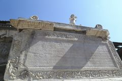 Herculaneum Włochy antyczna inskrypcja i statua Nonius Balbus fotografia stock