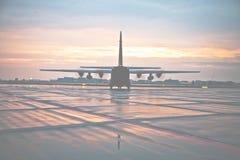 Hercules που μεταφέρει το αεροπλάνο Στοκ φωτογραφία με δικαίωμα ελεύθερης χρήσης