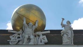 Hercules Carrying het Wereldstandbeeld stock videobeelden