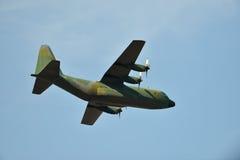 Hercules-vervoervliegtuig tegen de blauwe hemel Stock Foto's