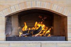 Herd mit brennendem Holz stockbild