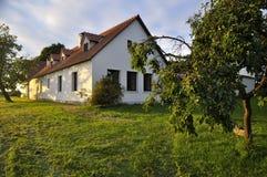 Herdade renovada da vila cercada por árvores de fruto Fotos de Stock