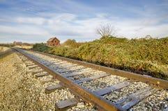 Herdade velha ao longo das trilhas de estrada de ferro Fotos de Stock