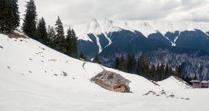 Herdar som förlägga i barack i bergen Arkivbild