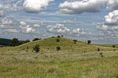 Herde von Wolken auf dem mysteriösen Hügel des Himmels Lizenzfreie Stockfotografie