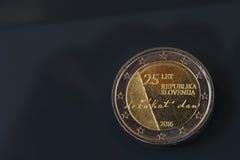 Herdenkings 2 EUR muntstuk die 25 jaar van Slovenië ` s vieren inde Stock Foto