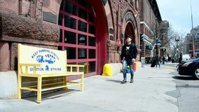 Herdenkingsbank dichtbij Brandweerkorps in Boston, de V.S., stock video
