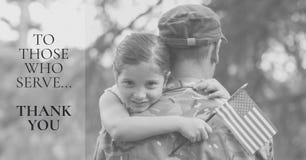 herdenkingsdagbericht met militair en dochter die Amerikaanse vlagfoto houden stock fotografie