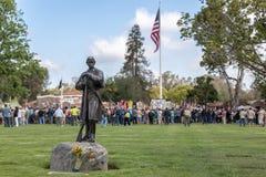 Herdenkingsdagdeelnemers bij de Nationale Begraafplaats van Los Angeles stock fotografie