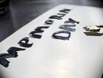 Herdenkingsdagkalligrafie en van letters voorziende prentbriefkaar met brede pen Uiterst close-up Stock Fotografie
