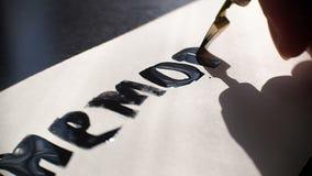 Herdenkingsdagkalligrafie en van letters voorziende prentbriefkaar met brede pen Uiterst close-up stock videobeelden