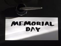 Herdenkingsdagkalligrafie en van letters voorziende prentbriefkaar met inkstand Hoogste mening en zonlichtschaduw Royalty-vrije Stock Afbeeldingen