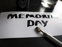 Herdenkingsdagkalligrafie en van letters voorziende prentbriefkaar Perspectief en close-upmening Stock Foto