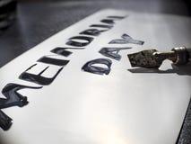 Herdenkingsdagkalligrafie en van letters voorziende prentbriefkaar Uiterst close-up Brede pen en calligraph Stock Foto