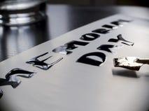 Herdenkingsdagkalligrafie en van letters voorziende prentbriefkaar Uiterst close-up Breed pen en glas Royalty-vrije Stock Afbeeldingen