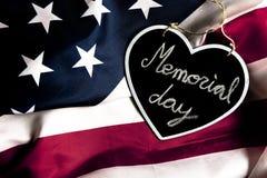 Herdenkingsdagtekst in zwart hart, op de vlag van Verenigde Staten royalty-vrije stock afbeelding